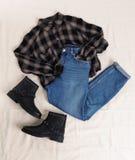 Composition étendue plate avec les jeans, la chemise de flanelle et les chaussures photo libre de droits