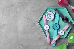 Composition étendue plate avec les montres-bracelet élégantes sur le fond gris photos stock