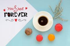 Composition aérienne de jour du ` s de St Valentine de note avec la confession et le café d'amour Photographie stock
