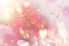 Composition abstraite pour le jour du ` s de femmes Pétales roses de fleur volant avec des symboles de coeurs Photos stock