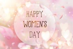 Composition abstraite pour le jour du ` s de femmes Pétales roses de fleur volant avec des symboles de coeurs Image stock