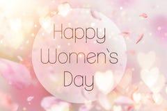 Composition abstraite pour le jour du ` s de femmes Pétales roses de fleur volant avec des symboles de coeurs Photos libres de droits