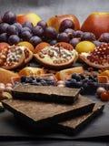 Composition avec des écrous myrtille, canneberge de fruits, avec du chocolat, resveratrol, nourriture riche d'antioxydants images stock