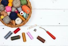 Composition avec des bandes de roulement, des cotons et des accessoires de couture Photographie stock libre de droits