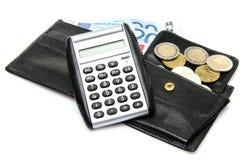 Composition avec des billets de banque, des pièces de monnaie, un portefeuille et une calculatrice Images stock