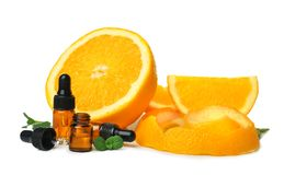 Composition avec des bouteilles d'huile essentielle orange Image stock