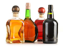 Composition avec des bouteilles de produits alcooliques assortis   Photo libre de droits