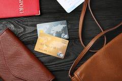 Composition avec des cartes de crédit sur le fond en bois Image libre de droits