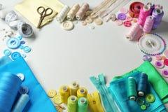 Composition avec des fils et des accessoires de couture Photographie stock