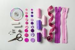 Composition avec des fils et des accessoires de couture Photo stock
