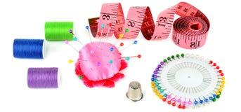 Composition avec des fils et des accessoires de couture d'isolement sur le petit morceau Image stock