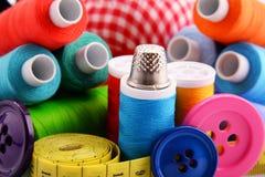 Composition avec des fils et des boutons de tailleur Photographie stock