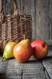 Composition avec des poires sur la table en bois foncée Photos libres de droits