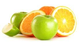 Composition avec des pommes et des oranges sur le blanc Photographie stock