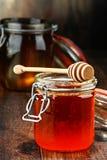 Composition avec des pots de miel sur la table en bois Photographie stock libre de droits