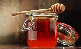 Composition avec des pots de miel sur la table en bois Image stock