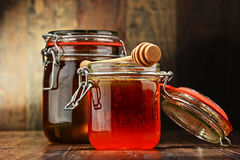 Composition avec des pots de miel sur la table en bois Images stock
