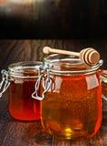 Composition avec des pots de miel sur la table en bois Photographie stock