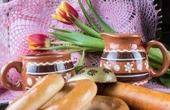 Composition avec des produits, des fleurs et des ustensiles dans un style rustique images stock