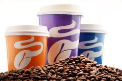 Composition avec des tasses et des haricots de café de Tchibo Photographie stock