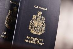 Composition avec deux passeports canadiens image libre de droits