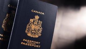 Composition avec deux passeports canadiens photo libre de droits