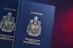 Composition avec deux passeports canadiens photos libres de droits