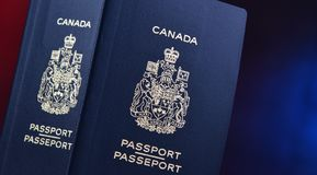 Composition avec deux passeports canadiens photos stock