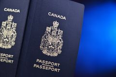 Composition avec deux passeports canadiens photo stock