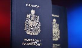 Composition avec deux passeports canadiens images libres de droits