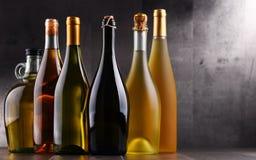 Composition avec différentes sortes de bouteilles de vin Images libres de droits