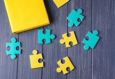 Composition avec différents puzzles sur le fond en bois Photo libre de droits