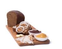 Composition avec du pain noir d'un plat en bois Photographie stock libre de droits