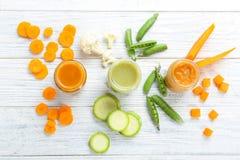 Composition avec l'aliment pour bébé et les ingrédients sur le fond en bois, vue supérieure photographie stock