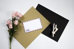 Composition avec l'enveloppe, le corail et la fleur Photo stock