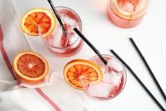 Composition avec l'orangeade et glaçons en verres image stock