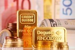 Composition avec la barre, les billets de banque et les pièces de monnaie d'or de 50 grammes Image stock