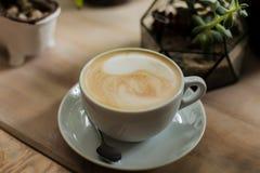 Composition avec la tasse du th?, des succulents et du cactus de matcha dans des pots concrets Int?rieur scandinave photos stock