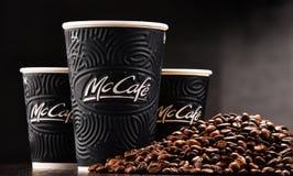 Composition avec la tasse et les haricots de café de McCafe Images stock