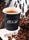 Composition avec la tasse et les haricots de café de McCafe Image stock