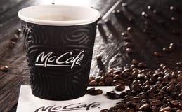 Composition avec la tasse et les haricots de café de McCafe Photos libres de droits