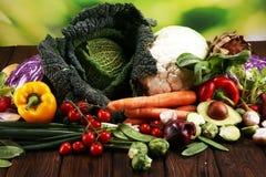 Composition avec la variété de légumes et de fruits organiques crus Régime équilibré image stock