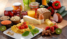 Composition avec la variété de produits alimentaires d'aliment biologique photographie stock libre de droits