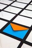 Composition avec le blanc et deux enveloppes de couleur sur la table photographie stock