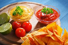 Composition avec le bol de puces de tortilla images stock