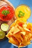 Composition avec le bol de puces de tortilla photos stock