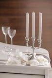 Composition avec le chandelier avec des bougies et des verres Images stock