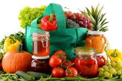 Composition avec le panier et l'aliment biologique au-dessus du blanc photographie stock