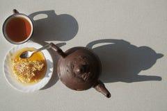 Composition avec le thé dans la tasse et la théière sur la table Photo stock