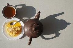 Composition avec le thé dans la tasse et la théière sur la table Photographie stock libre de droits